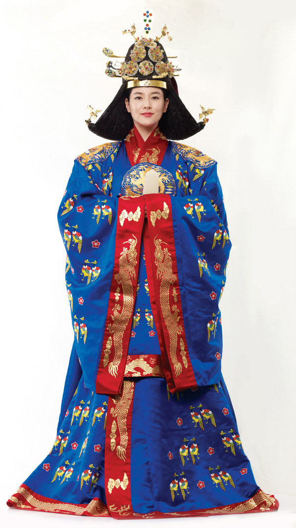 代言人李英爱身着皇后翟衣