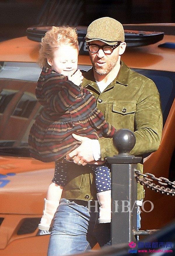 当地时间2017年3月8日,瑞安·雷诺兹 (Ryan Reynolds) 穿军绿夹克、头戴报童帽带女儿James在纽约外出,大风中被吹得凌乱的James直往爸爸怀里扑,画面超级萌!