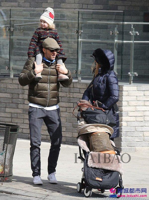 2017年3月4日,瑞安·雷诺兹 (Ryan Reynolds) 带女儿James在纽约外出