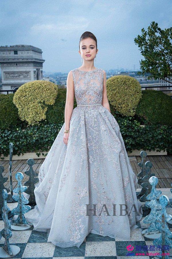 2013年11月30日,亚美莉亚・温莎女勋爵 (Lady Amelia Windsor) 出席在法国巴黎举行的克利翁名门少女成年舞会 (Ball Des Débutantes)。