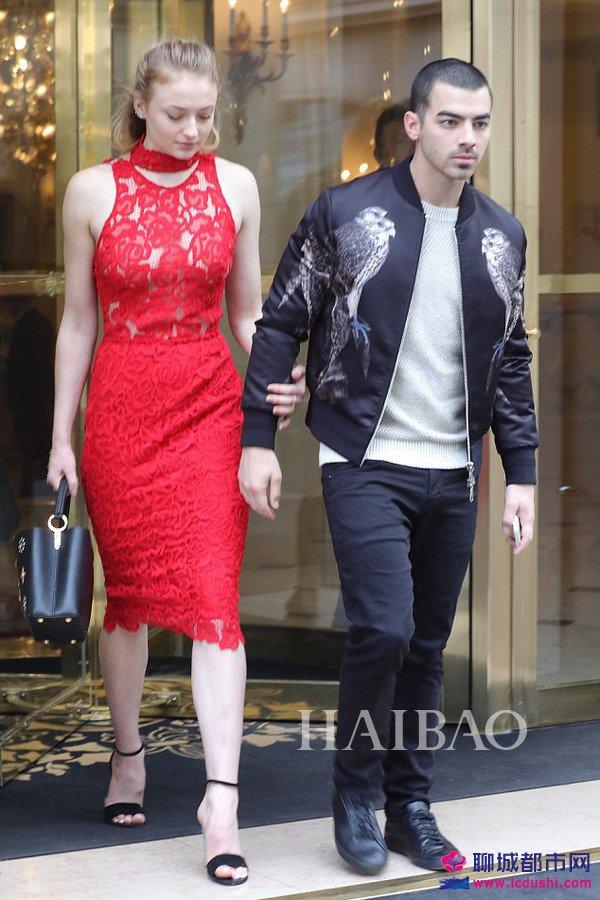 2017年3月8日,索菲・特纳 (Sophie Turner) ,乔・乔纳斯 (Joe Jonas) 一起在巴黎甜蜜外出