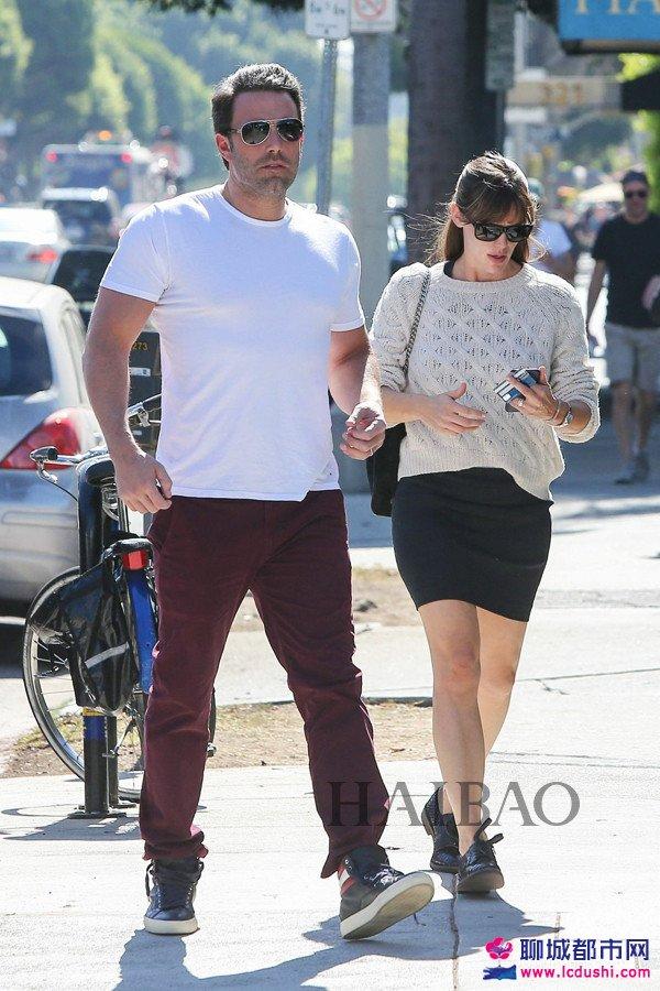 当地时间10月26日,詹妮弗・加纳 (Jennifer Garner) 与丈夫Ben Affleck在洛杉矶外出购物。